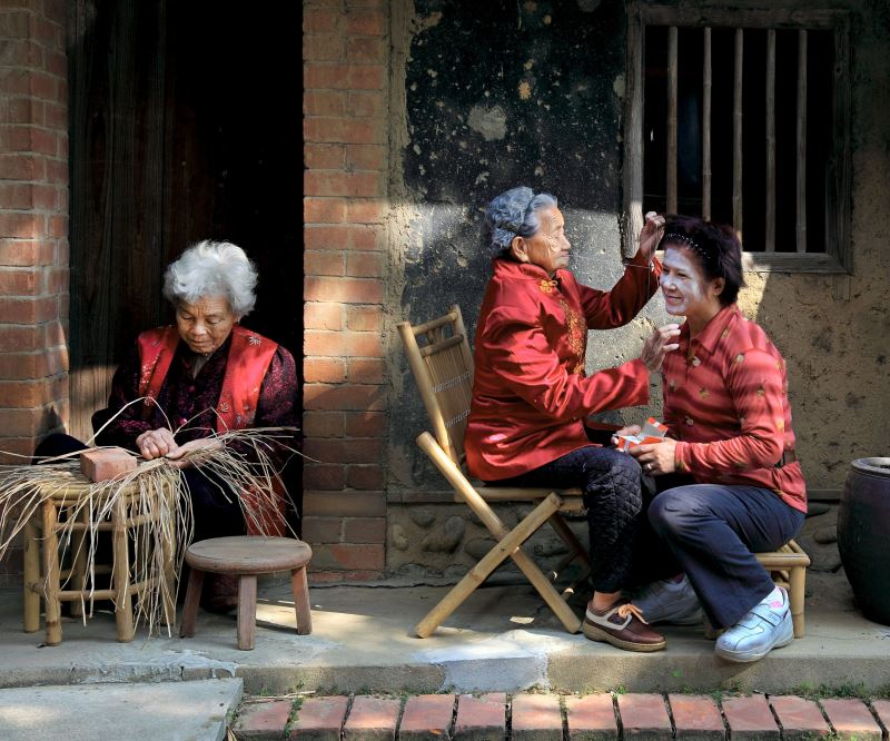 Facial-threading, rush-weaving image tops national photo contest