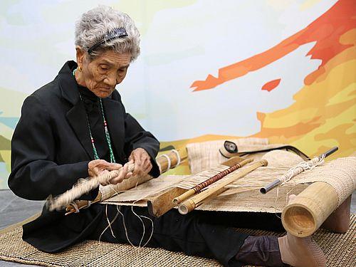 バナナ繊維機織りの工芸保持者・Ibayさん逝去 文化部が総統褒揚令伝達