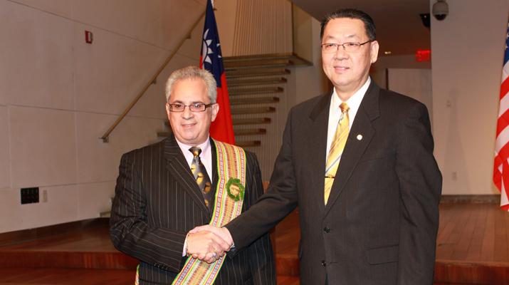 行政院文建會 — 第一次在美國頒贈文化親善大使獎