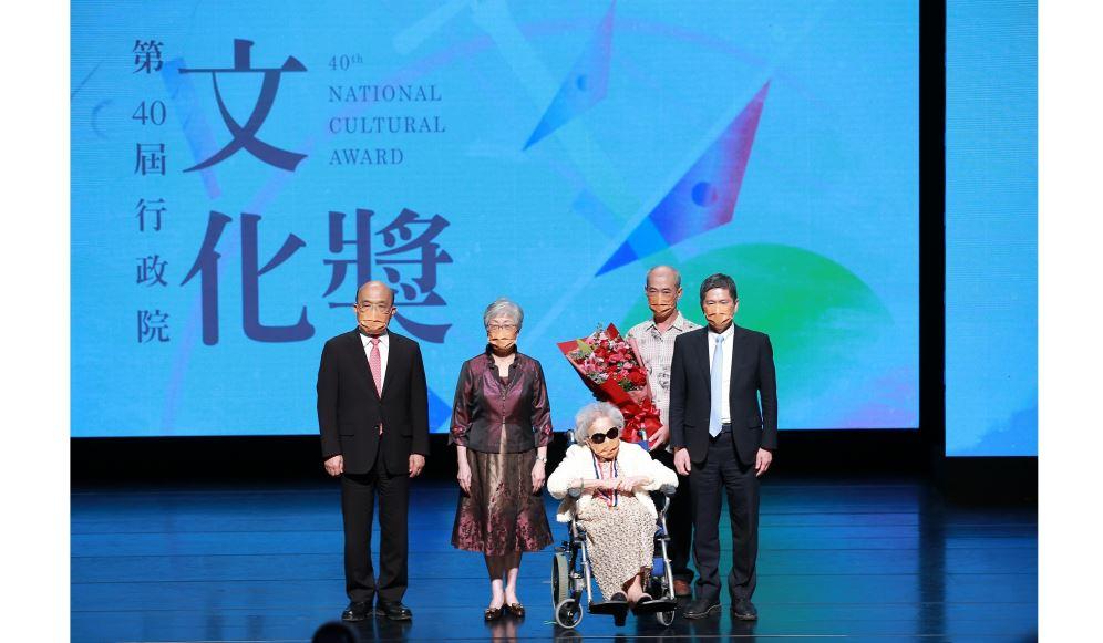 劉鳳學、楊秀卿獲第40屆行政院文化獎 蘇貞昌院長親授獎章