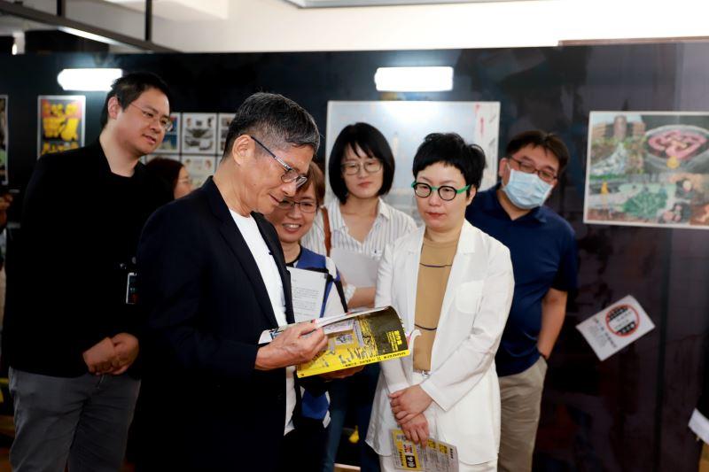 Ministro visita exhibición de arte sobre protestas de Hong Kong