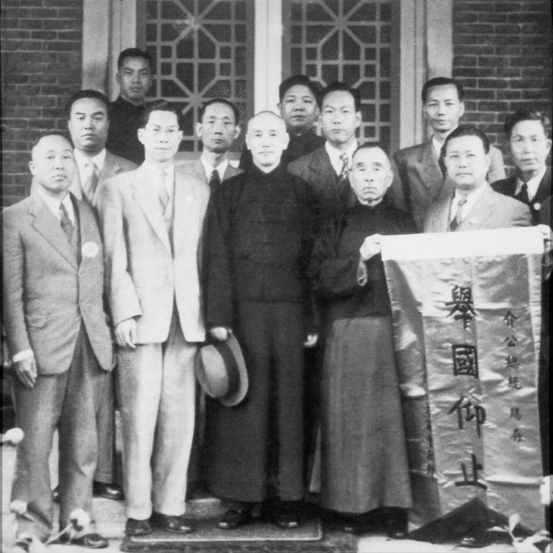 臺灣省參議員團向蔣總統獻旗致賀