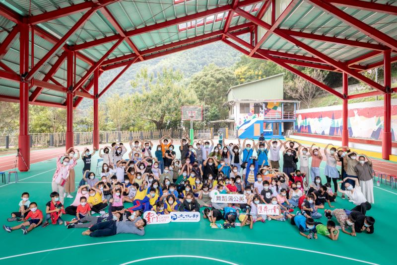 School children from mountainous villages attend 'Cloud Gate Dandelion Dance' session