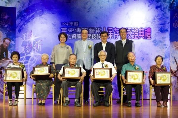 台湾の切り絵師ら6人、人間国宝に認定される