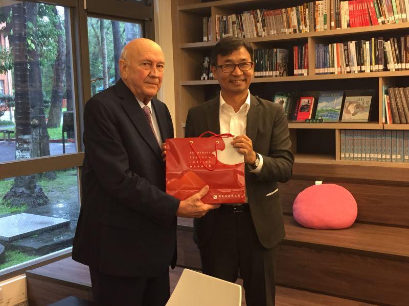 Nobel laureate F.W. de Klerk visits Taiwan's human rights museum