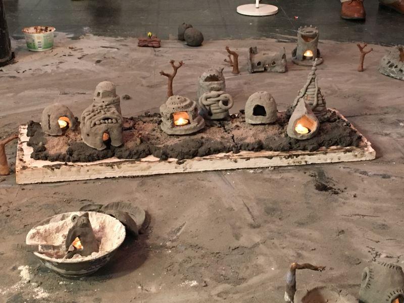 台灣藝術家李珮瑜帶領洛杉磯居民用土做屋 探討「家」的意義