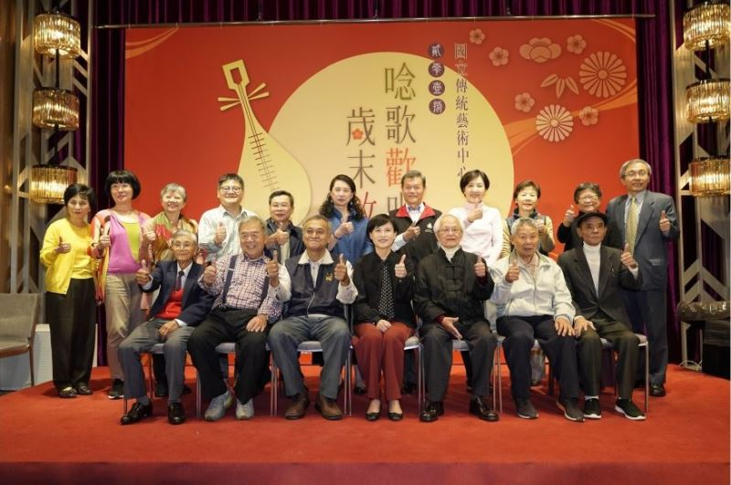 Fiesta de fin de año honra a artistas veteranos de teatro y música tradicionales