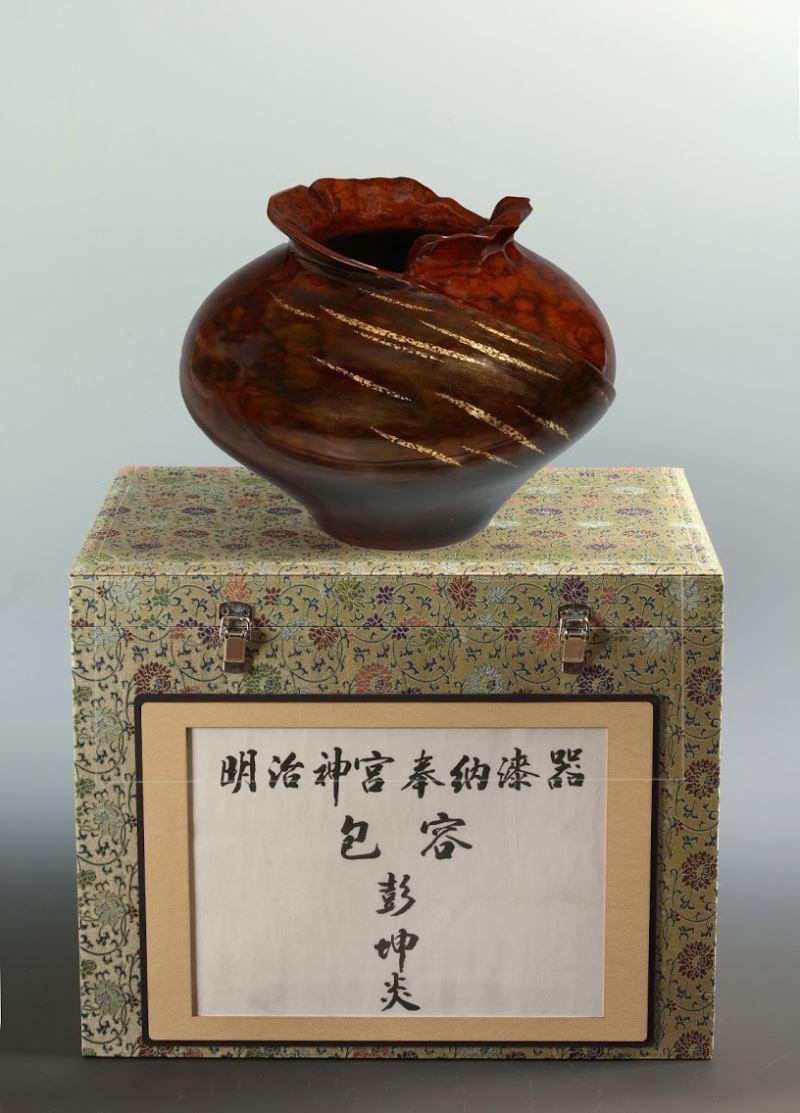 漆芸家、彭坤炎さんの作品、「鎮座百年」の明治神宮に奉納