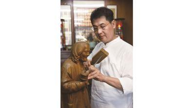 陳啟村一生醉木雕  中西融會的木藝美學