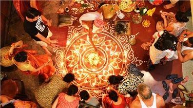 舉國歡騰照光明  印度排燈節