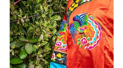 勝興刺繡莊的技藝困局  繡下戲服談盛昔  針線曾勞玉指裁